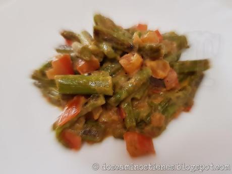 (Receta Vegetariana) Espárragos trigueros salteados con tomate y veganesa