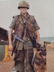 Jim Botts con su perro Roland en Vietnam. Botts servidos