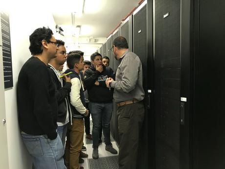 Estudiantes universitarios visitan el telepuerto de Centurylink