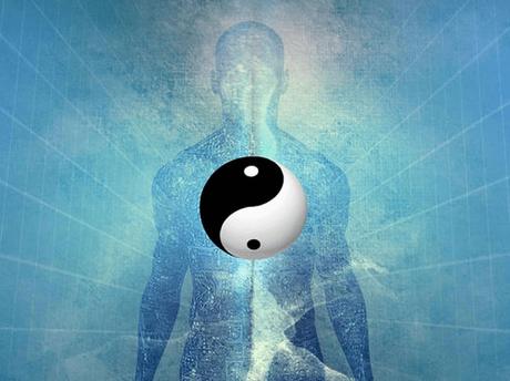 figura de una persona simbolizando la teoría del Yin y el Yang