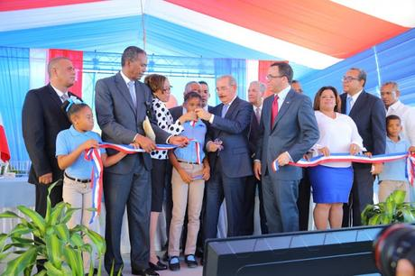Danilo inaugura escuela y estancia infantil en Neiba.