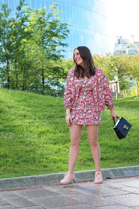 Outfit sportychic con vestido y bomber de flores