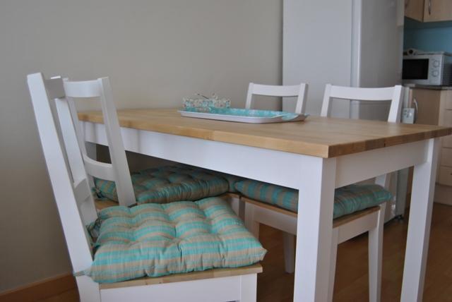 La mesa de patas blancas y sobre de madera de romina for Patas para mesas ikea