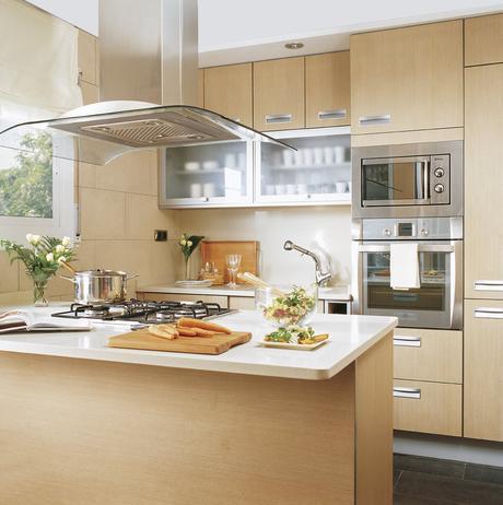 de madera con muchos armarios. Cocina con mobiliario de madera