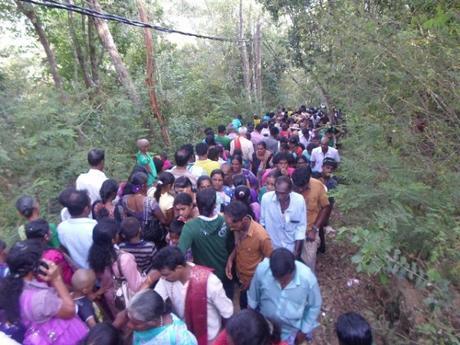 Los peregrinos Kathirgama Kandan escalan Katiraimalai