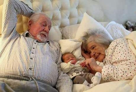 Abuelos de antes y niños de ahora🤗