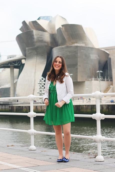 Outfit de primavera: Vestido verde y cazadora blanca