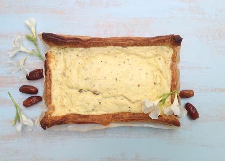 Tarta salada de yogur y dátiles