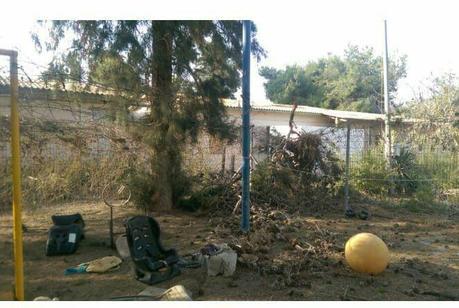 el patio del jardín de infantes de una de las localidades del Consejo Regional de Eshkol después de recibir el impacto de un proyectil de mortero (cuenta Twitter del brazo militar de Hamás, 29 de mayo de 2018)
