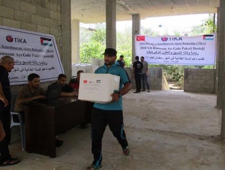 Los paquetes de alimentos que fueron repartidos por la agencia TIKA en la Franja de Gaza (cuenta Twitter de TIKA PALESTINE, cuenta de PALINFO en Twitter, 27 de mayo de 2018)