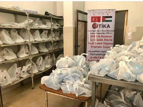 תיקה Los paquetes de alimentos que fueron repartidos por la agencia TIKA en la Franja de Gaza (cuenta Twitter de TIKA PALESTINE, cuenta de PALINFO en Twitter, 27 de mayo de 2018)