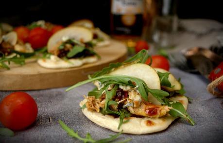 Mini tostas de pan naan con pollo y dátiles, el aperitivo perfecto