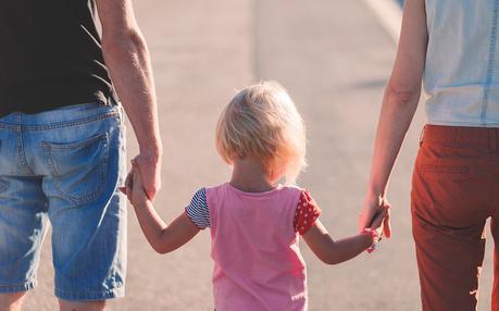 padres de turismo familiar con niña pequeña
