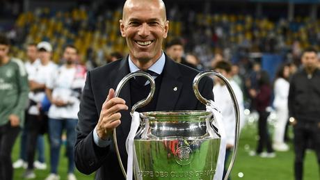 El francés Zinedine Zidane posa con La Orejona, su tercera Champions League consecutiva al mando del Real Madrid. (Foto: AFP)