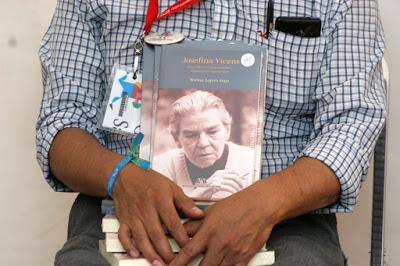 Con libro biográfico hacen reconocimiento a Josefina Vicens en el Librofest Metropolitano