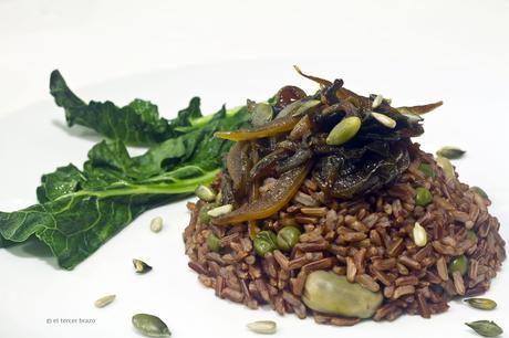 Arroz rojo con verduras de mar