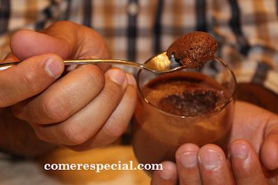 Receta fĂĄcil y deliciosa de mousse de chocolate negro sin lactosa
