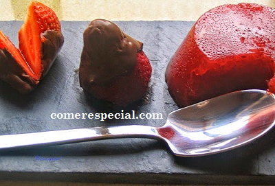 Receta fĂĄcil de fresas baĂąadas de chocolate y gelatina natural de fresas