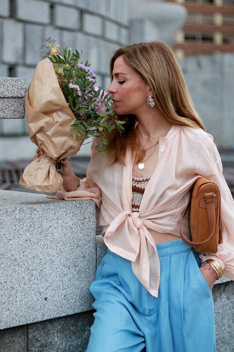 camisa anudada, croptop de crochet, pantalon en denim xxl y converse