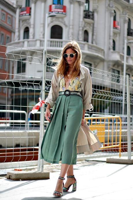 trench, falda pantalón midi y body