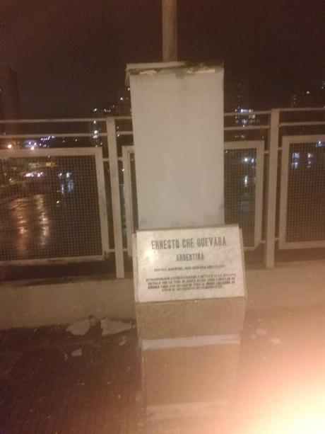 """El mensaje de la voladura del busto del """"Ché"""" en la Avenida Bolívar de Caracas."""