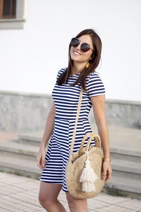 Rayas marineras y bolsos naturales