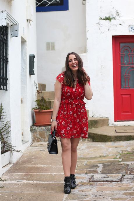 Verano en vestido rojo y con flores