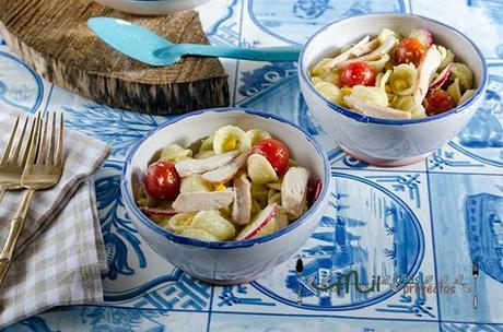 ensalada-pasta-pollo-salsa-aguacate1