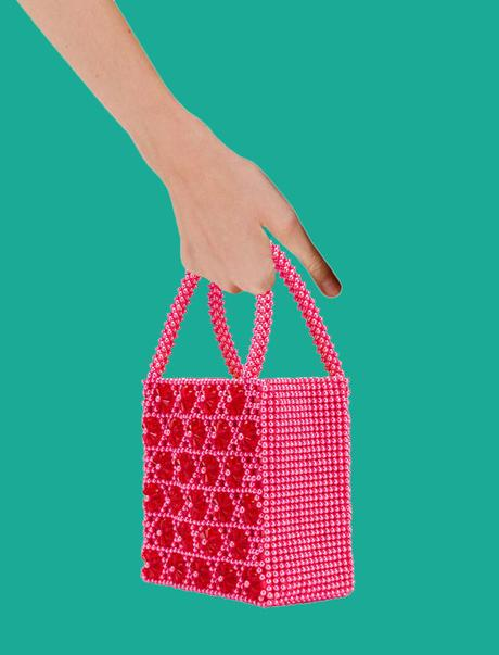 Buscando bolso entre cintas y bolitas