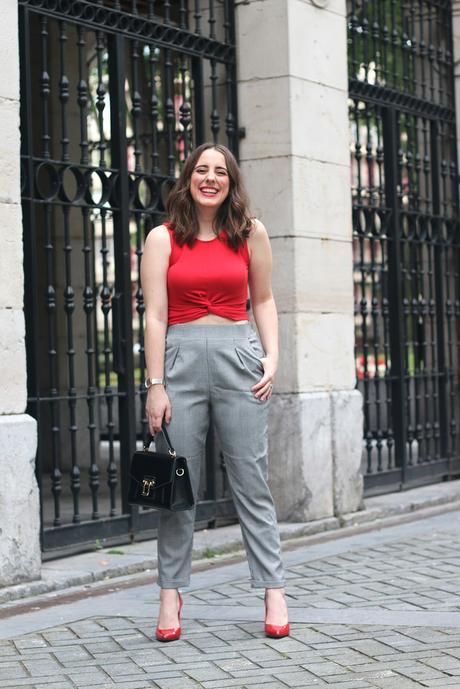 Outfit para ir a trabajar con detalles rojos
