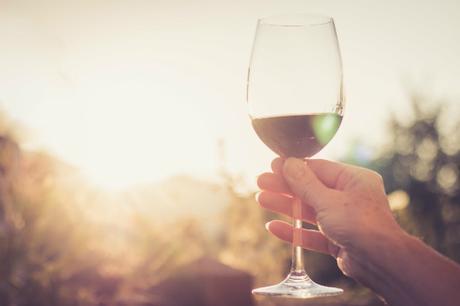 disfrutando el verano con copa de vino