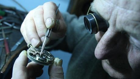 Entre otras, presenta el trabajo de un maestro relojero de Estambul que revive piezas del siglo XIX