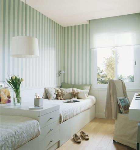 Habitación infantil con dos camas en línea y zona de estudio
