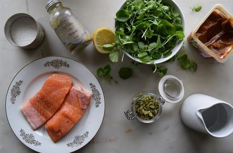 No-ensalada de salmón, aguacate, semillas de calabaza y berrros