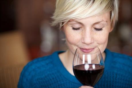 mujer con aroma del vino tinto