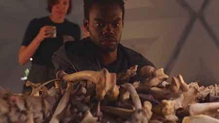 William Jackson Harper en una escena de They Remain