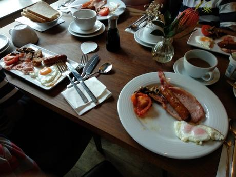 Desayuno galés en Dragon´s Inn, en Crickhowell
