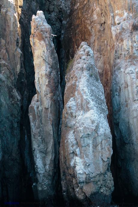 Inmensas rocas en León Dormido, y arriba, se divisa un rabijunco en vuelo