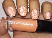 Diseño uñas naranja flores blancas