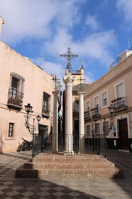 Tres escalones, tres columnas, tres cruces y tres banderas.