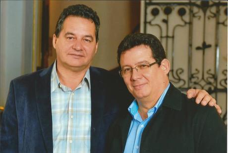 La imagen puede contener: Angel Santiesteban-Prats y Amir Valle, personas sonriendo