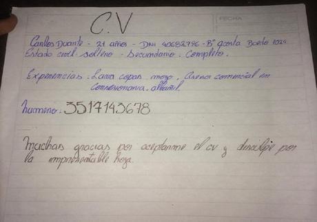 Carlos redactó su currículum a mano y conmovió a las redes sociales.