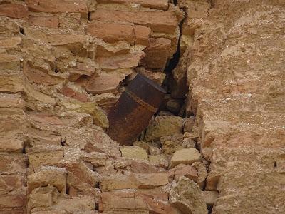 Proyectil incrustado sin estallar en la torre del Convento de San Agustín, Belchite