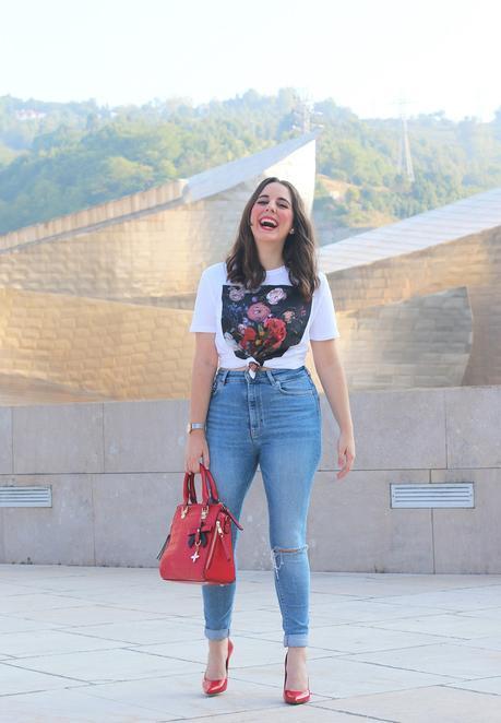 Outfit con camiseta estampada y jeans rotos
