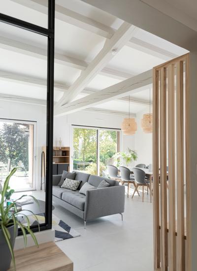 sofa gris y suelo blanco