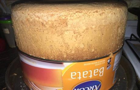 ¿Cómo hacer bizcochuelo en una lata de dulce?