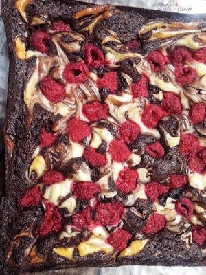 Brownie con queso y frambuesas
