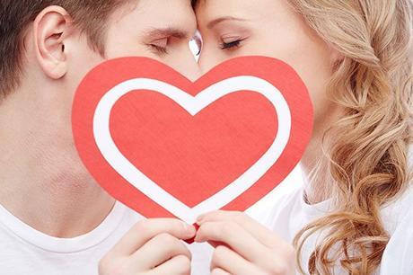 pareja beso corazon