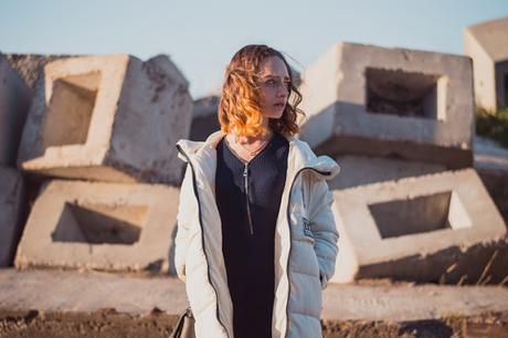 Chica en un desierto con viento confundida femenina, mujer, feminista