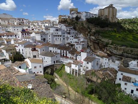 Setenil de las Bodegas, un pueblo blanco bajo la roca que desafía la lógica.